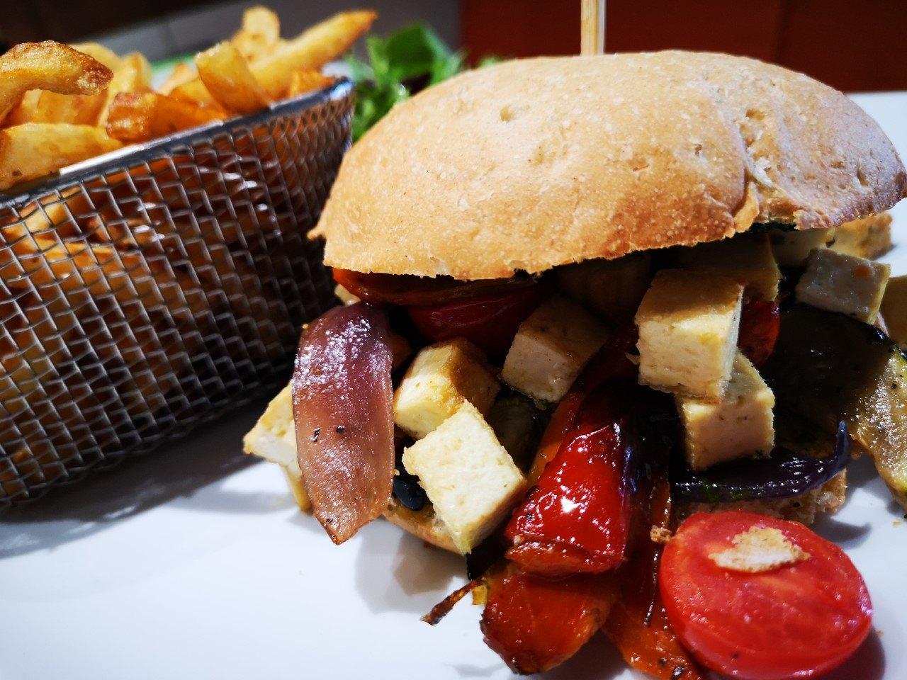 Burger Vegan fait de tofu, tomates et échalotes