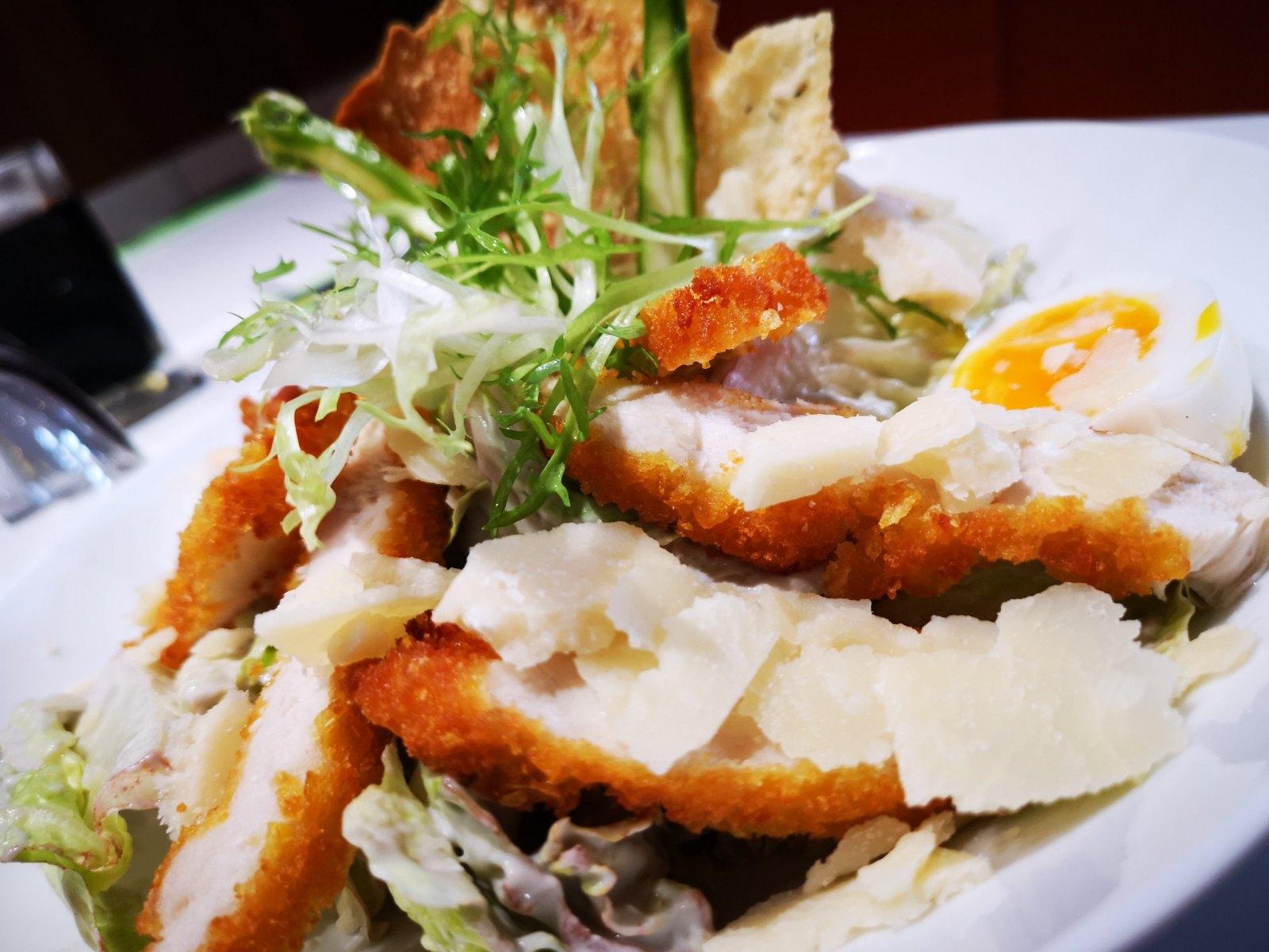 Salade César accompagné de poulet, parmesan et oeuf